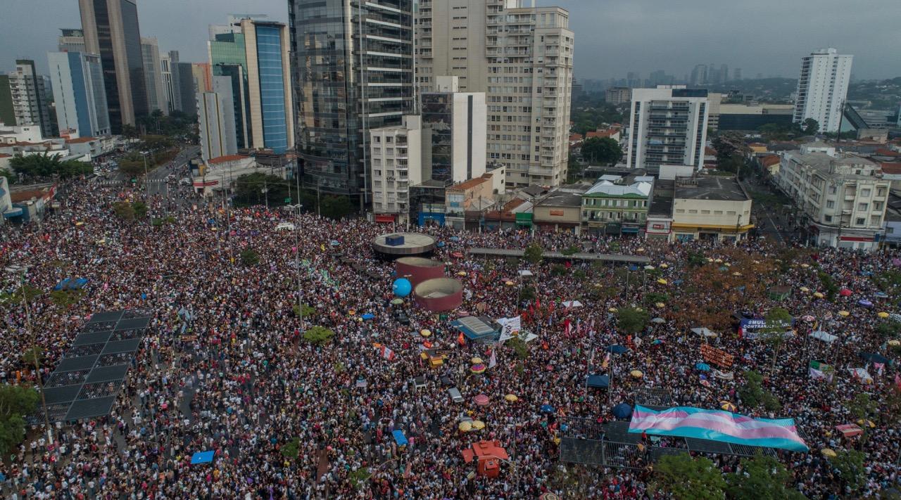 Manifestantes do #EleNão ocupam o Largo da Batata, no sábado à tarde, em São Paulo FOTO: EDUARDO ANIZELLI/FOLHAPRESS