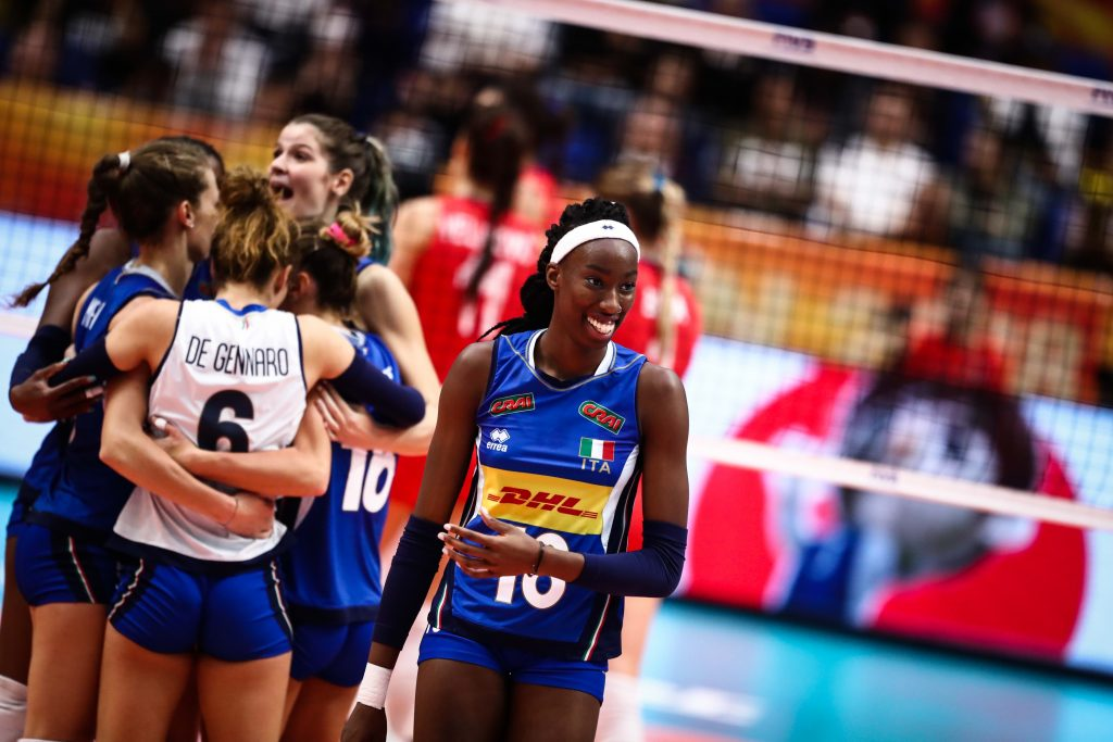 Grande destaque do Campeonato Mundial feminino de vôlei, Paola Egonu, aos 19 anos, luta contra o racismo e busca se firmar como uma grande jogadora (Fotos: Divulgação/FIVB)