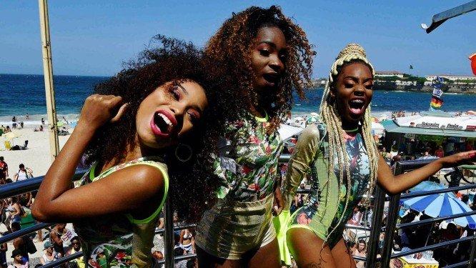 Karol, Lanor e Ana, trio de pop funk Donas, na Parada Gay em Copacabana Foto- Arquivo : 30:09:2018 : AFP : Carl de Souza