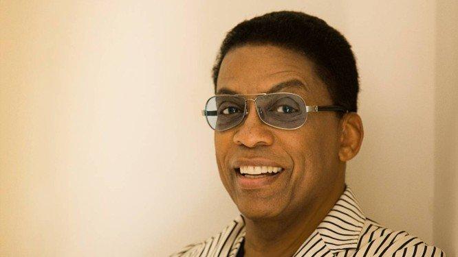 Com shows marcados no Brasil, pianista Herbie Hancock diz que se recusa a encaretar: 'Sou igual ao que era aos 20'