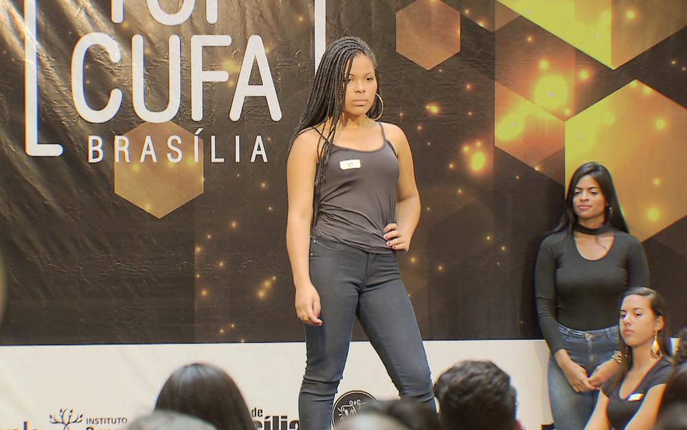 Modelo em desfile de seletiva do concurso de moda Top Cufa DF, organizado pela Central Única das Favelas — Foto: TV Globo/Reprodução