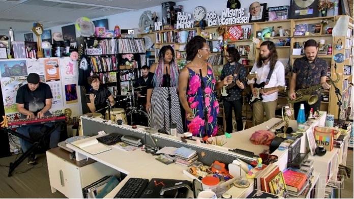 A leveza e o soul de Liniker chegaram ao programa 'Tiny Desk', nos EUA