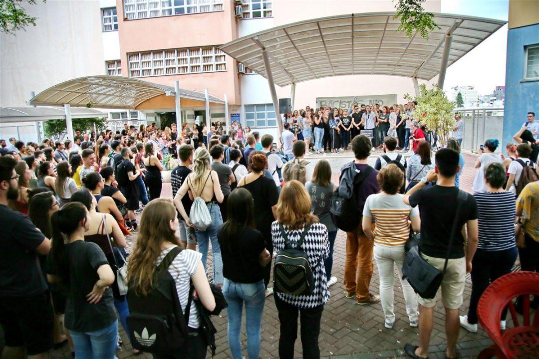 Ato em repúdio a racismo na UFN reuniu mais de 200 pessoas