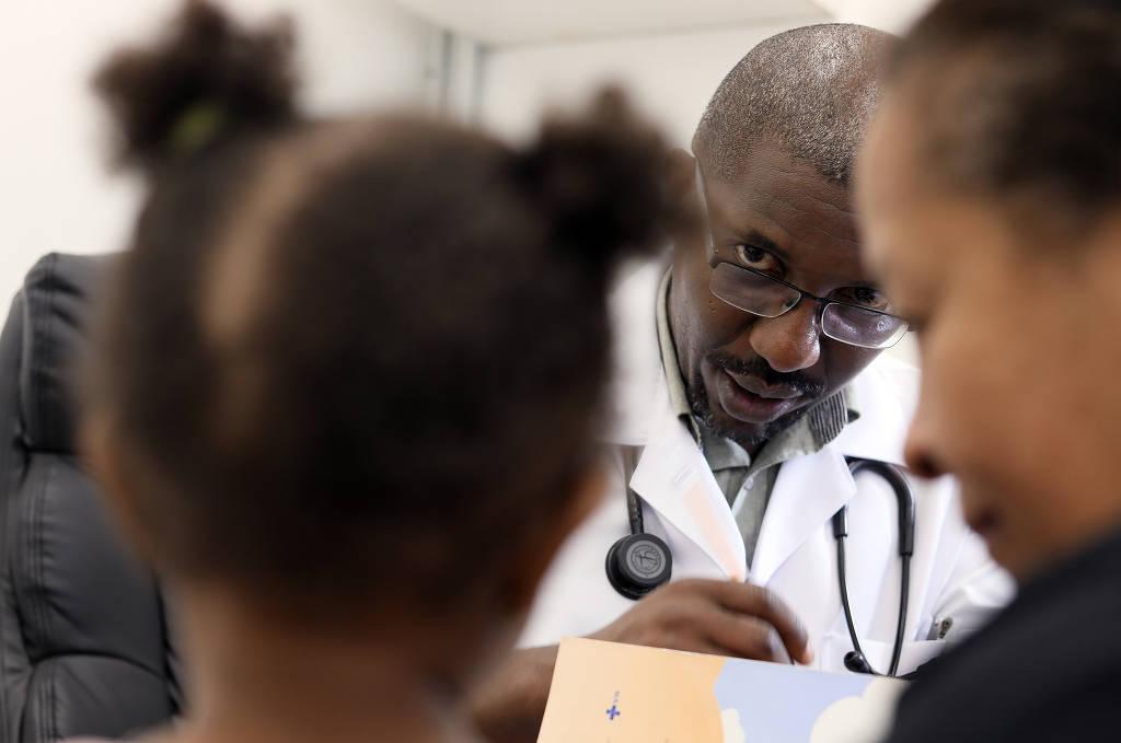 Médico negro ignora até conselhos da mãe e vira raridade na periferia de SP