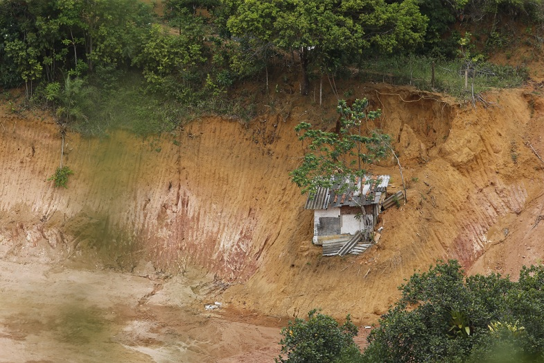 Tratores invadem e destroem área verde de terreiro em Cajazeiras IV