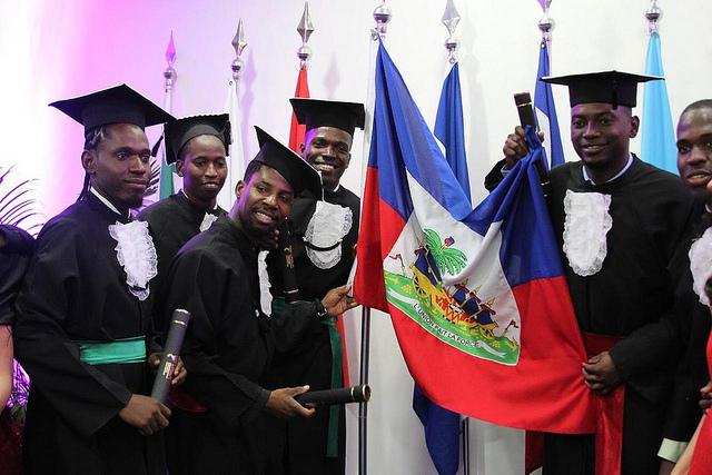 Formandos comemoram ao lado da bandeira do Haiti / ACS Unila