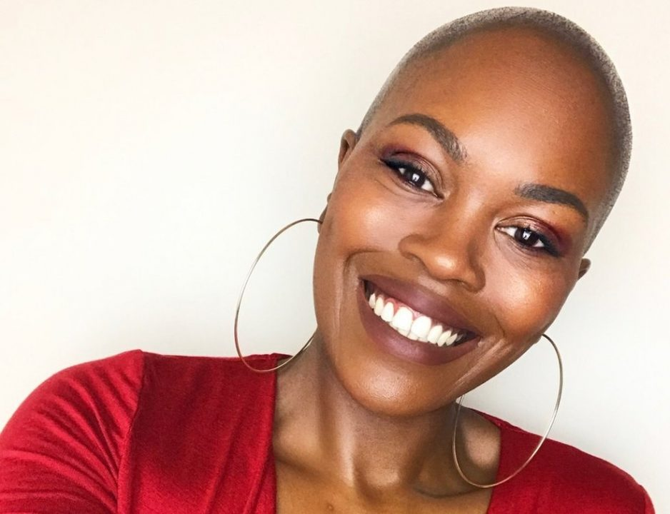 '''Criada por uma família branca, demorei anos para aprender a amar ser negra'''