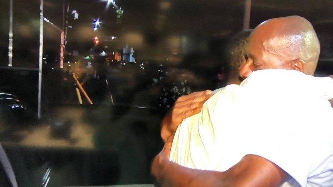 Jorge Benjamin abraça o filho Leonardo, após a soltura Foto- Reprodução TV Globo
