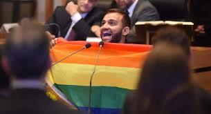 Com bandeira LGBT, deputado Fábio Felix toma posse no DF