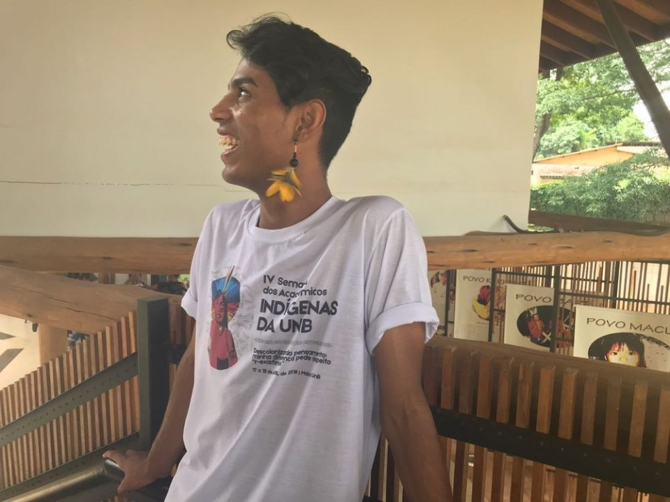 Danilo Ferreira, da etnia Tupinikim, no Espírito Santo, vive há 8 meses em Brasília — Foto: Marília Marques/G1