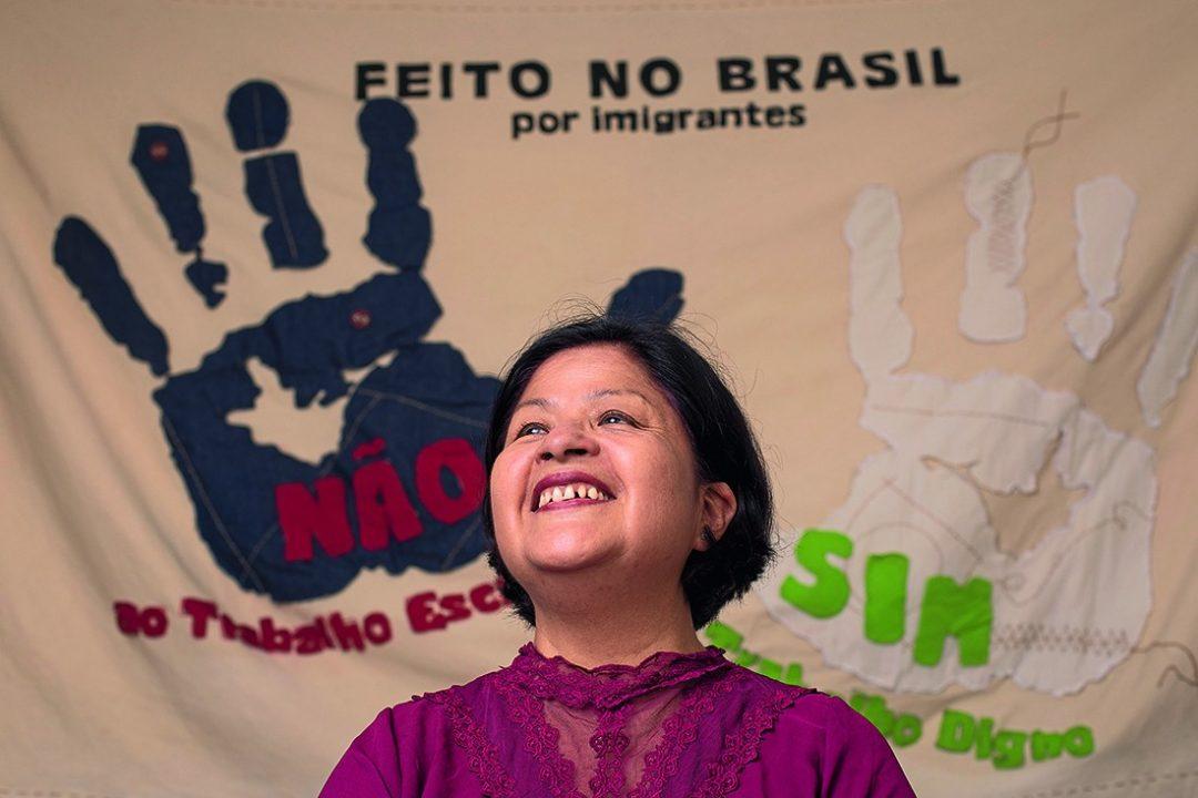 A peruana Soledad Requena ajuda costureiras bolivianas que vivem no Brasil desde 2015 (Foto: Marcus Steinmeyer)