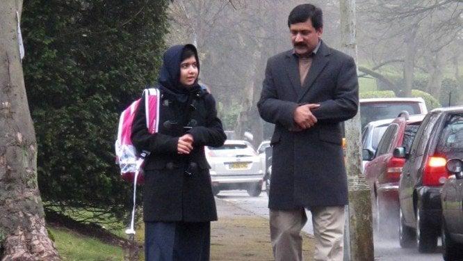 A paquistanesa Malala Yousafzai, prêmio Nobel da Paz, caminha com seu pai, Ziauddin, em Birmingham, na Inglaterra