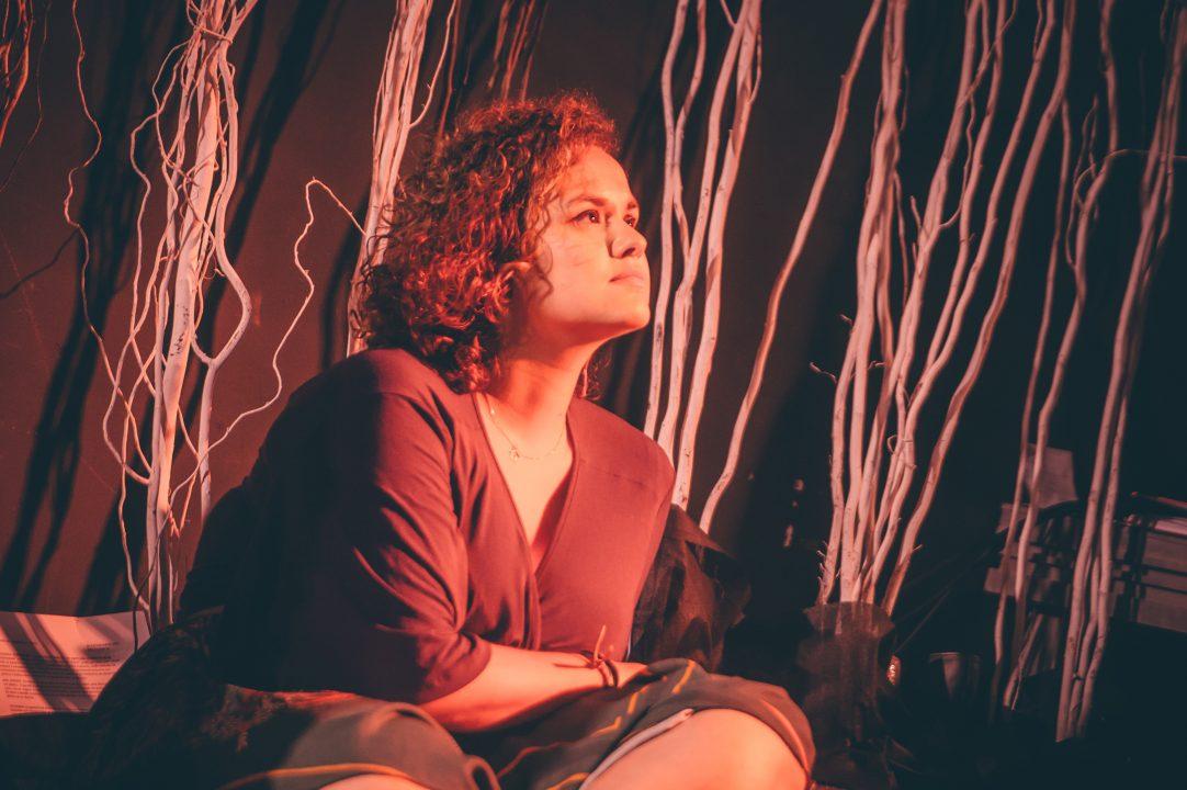 mulher sentada compenetrada
