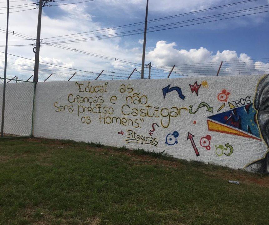 """Além dos desenhos, o muro da escola ganhou a frase atribuída ao filósofo e matemático grego Pitágoras. """"Educai as crianças e não será preciso castigar os homens""""."""