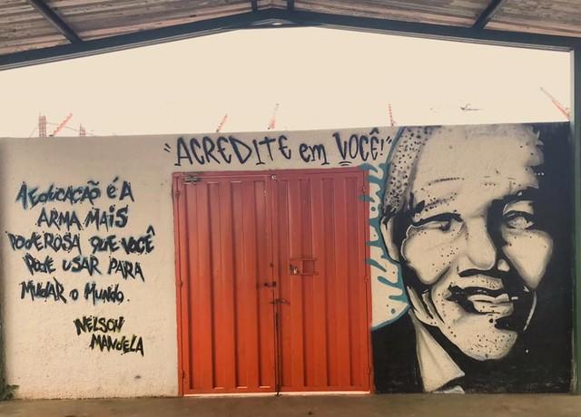 Mural com rosto de Mandela é apagado em escola que adotará gestão militar no DF