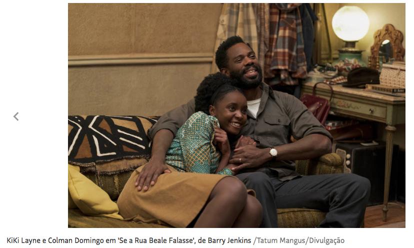 """cena do filme """"Se a Rua Beale Falasse"""" com dois atores negros sentados ao sofá abraçados e sorrindo"""