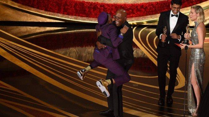 Ao receber prêmio de roteiro adaptado, Spike Lee lembra escravidão e violência contra negros e indígenas nos EUA
