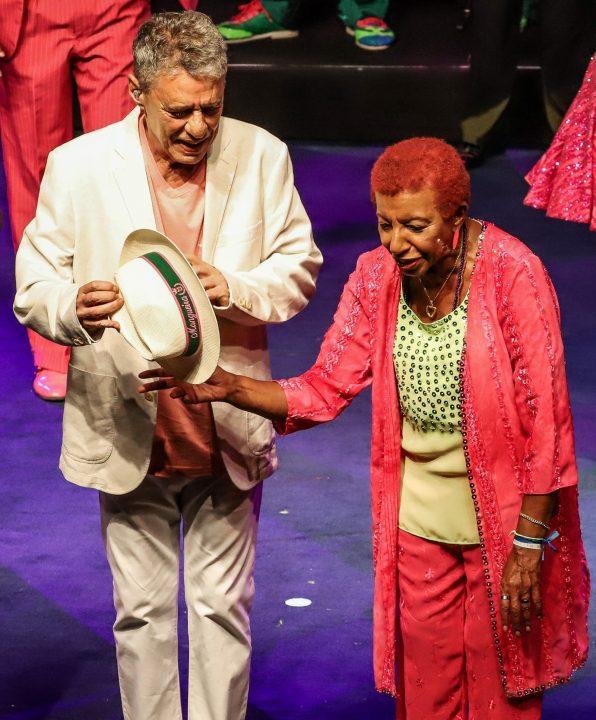 Leci Brandão puxa enredo político de show para Mangueira que reuniu Chico Buarque e Maria Bethânia no Rio