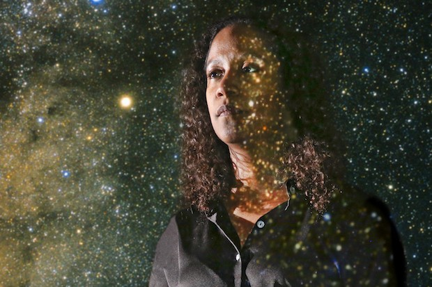 Astrofísica brasileira vence importante prêmio da ciência mundial