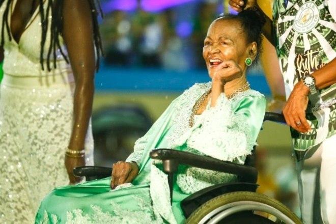 Aos 97 anos, Ruth de Souza é homenageada no carnaval carioca