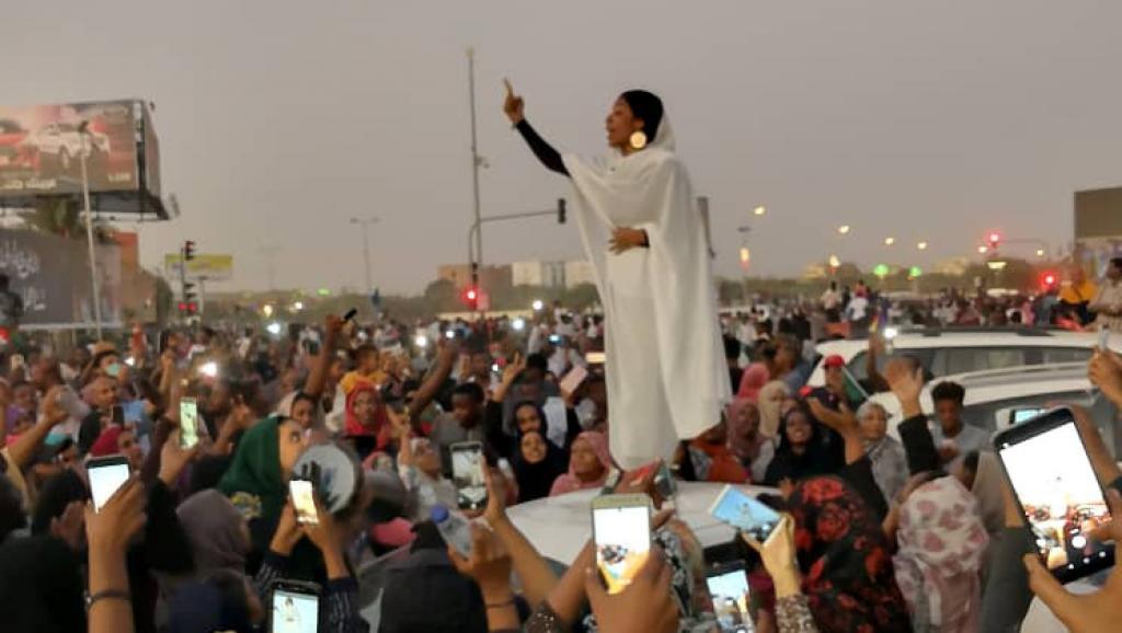 Sudanesas recuperam espírito de antigas rainhas e lideram revolução no país africano