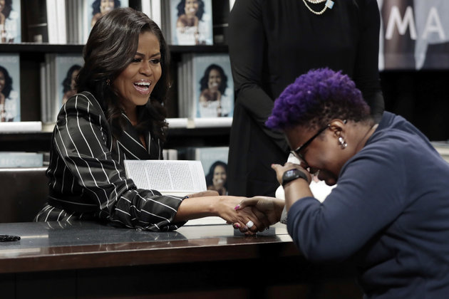 Michelle Obama autografa Minha História. (Foto: ASSOCIATED PRESS)