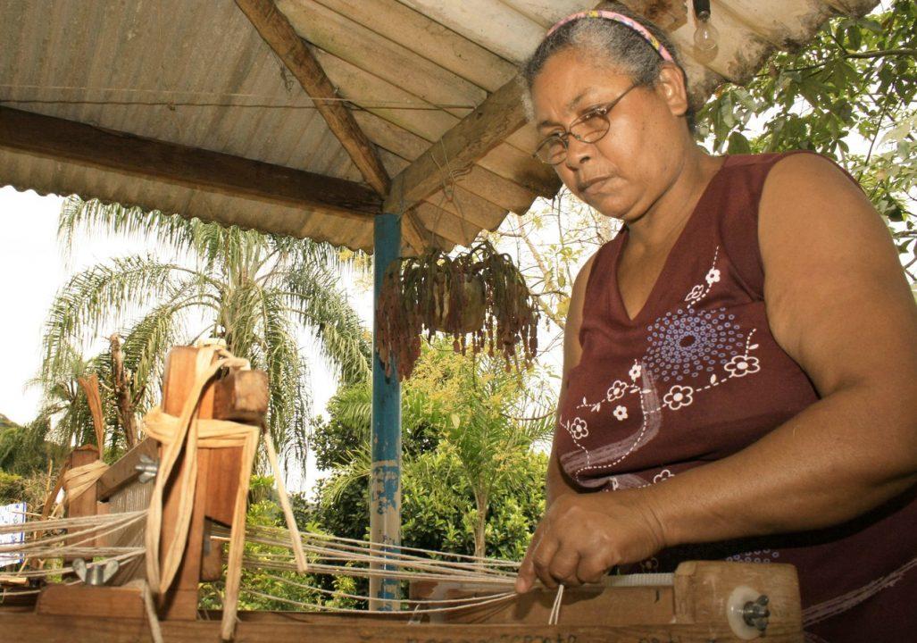 Artesã Esperança Santana vive na comunidade remanescente de quilombo Sapatu, em Eldorado — Foto- Divulgação:Secretaria de Justiça