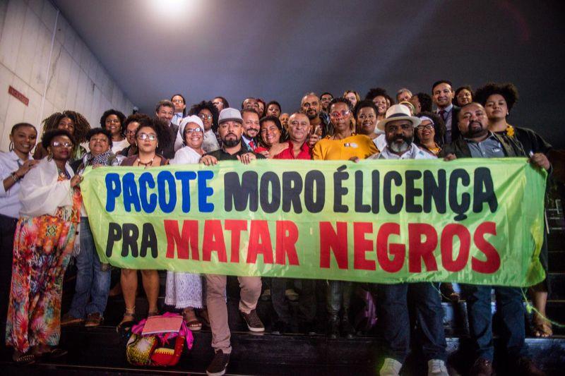 Pacote Moro e decreto de armamento são licenças para matar negras e negros