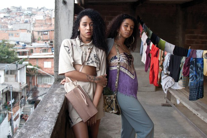 Tracie (à esquerda) e Tasha produzem os próprios looks costumizando roupas de brechó (Rox Shimura/CLAUDIA)