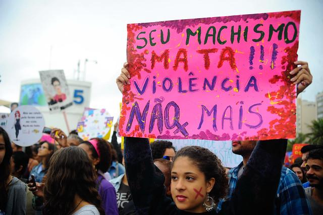 Ativistas feministas defendem direitos das mulheres durante a passeata Marcha das Vadias na praia de Copacabana (Fernando Frazão/Agência Brasil)