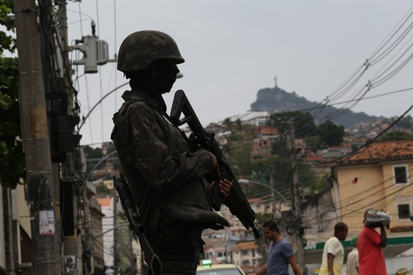 RJ - VIOLÊNCIA/RIO/OPERAÇÃO - GERAL - Movimentação policial no Morro da Mineira, no Rio, na manhã desta sexta- feira, 27. As forças de segurança do Rio de Janeiro realizam duas operações nesta sexta-feira, 27, em comunidades do centro e da zona norte da capital fluminense. A maior delas, em busca de traficantes envolvidos na invasão da Rocinha, começou por volta das 3h30 nos morros do São Carlos, Zinco, Querosene e Mineira, na área central. 27/10/2017 - Foto: WILTON JUNIOR/ESTADÃO CONTEÚDO