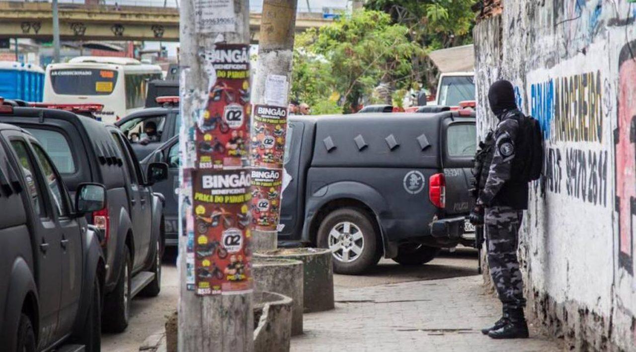 Policiais militares fazem operação na Vila do João, uma das comunidades da Maré, no dia 6 de fevereiro. REDES DA MARÉ (FACEBOOK)
