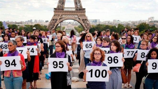 Mulheres carregam números para representar os 101 feminicídios registrados neste ano na França