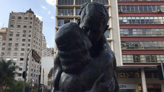 A estátua O Beijo Eterno foi inspirada em um poema de Olavo Bilac. (Foto: Imagem retirada do site BBC)