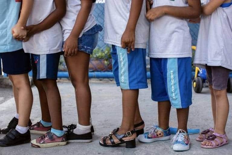 foto de alunos em fila indiana