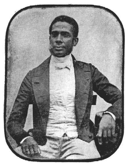 Foto antiga, em preto e branco, de José Mauricio Nunes Garcia Júnior- homem negro, de pouca barba- sentado em uma cadeira
