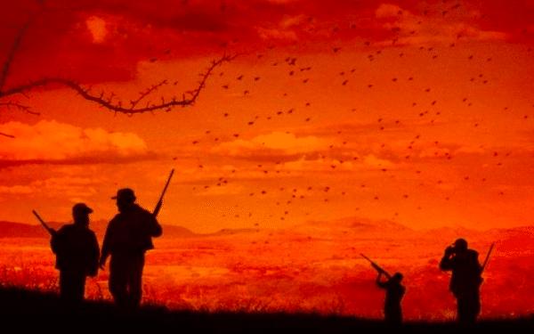 Cena de Bacurau, onde mostra soldados em meio ao por do sol