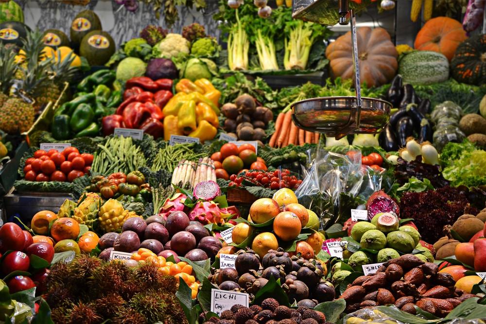 Fotos de vários legumes em uma bancada de feira