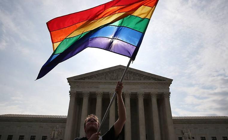 Bandeira com as cores do arco-íris é acenada em frente á Suprema Corte americana, em Washington