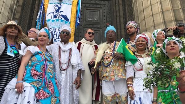 Baianas, o padre Brien MacCarthy e o pai de santo Pai Pote na Igreja da Madaleine, em Paris, em 8 de setembro de 2019. Paloma Varón/ RFI