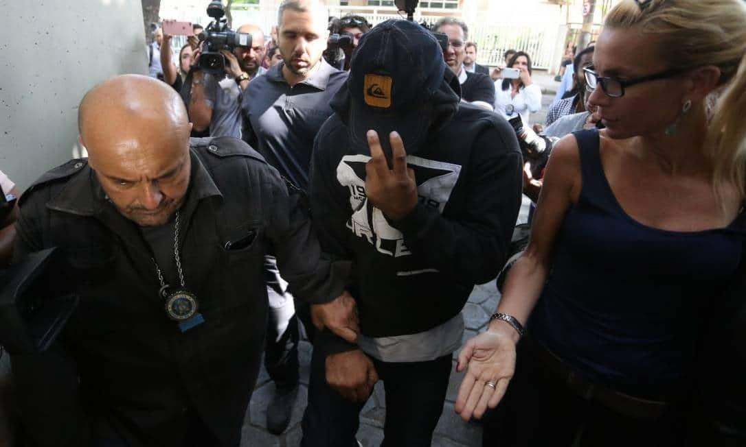 O PM Rodrigo Jorge Ferreira, o Ferreirinha negocia sua rendição e é preso (Foto: Fabiano Rocha / Agência O Globo)