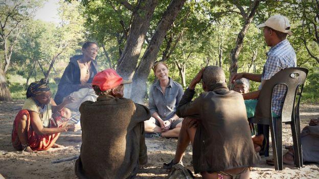 Direito de imagemCHRIS BENNETT, EVOLVING PICTURE, SYDNEY, AUSTRALIA Image caption Hayes aprendendo a fazer fogo com os caçadores Jul'hoansi no Deserto de Kalahari, na Namíbia