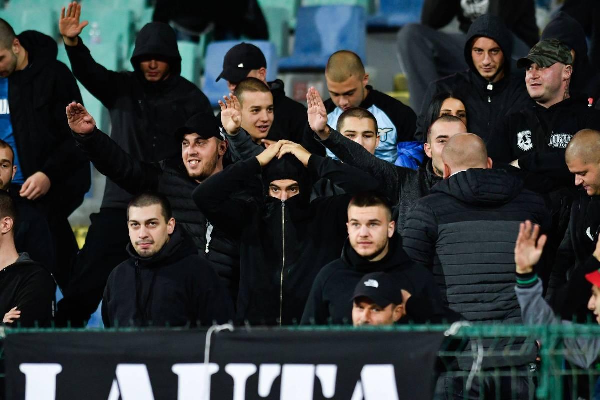 Torcedores búlgaros fazem saudações nazistas durante o jogo contra a Inglaterra, em Sófia - Nikolay Doychinov/AFP
