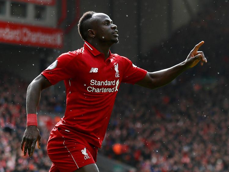 Sadío Mané- homem negro, usando o uniforme do Liverpool (vermelho)- correndo durante um jogo