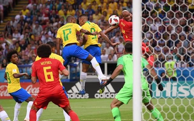 Durante eliminação do Brasil pela Bélgica na Copa do Mundo de 2018, Fernandinho foi alvo de ataques racistas por fazer gol contra / Divulgação/FIFA