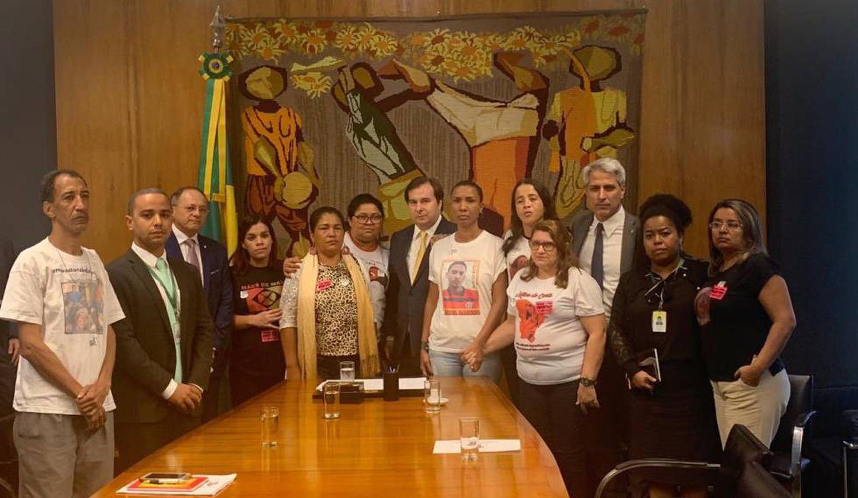 Grupo de mães se reuniu nesta terça com deputados federais, entre eles Rodrigo Maia, presidente da Câmara, e Alessandro Molon. (TWITTER ALESSANDRO MOLON)