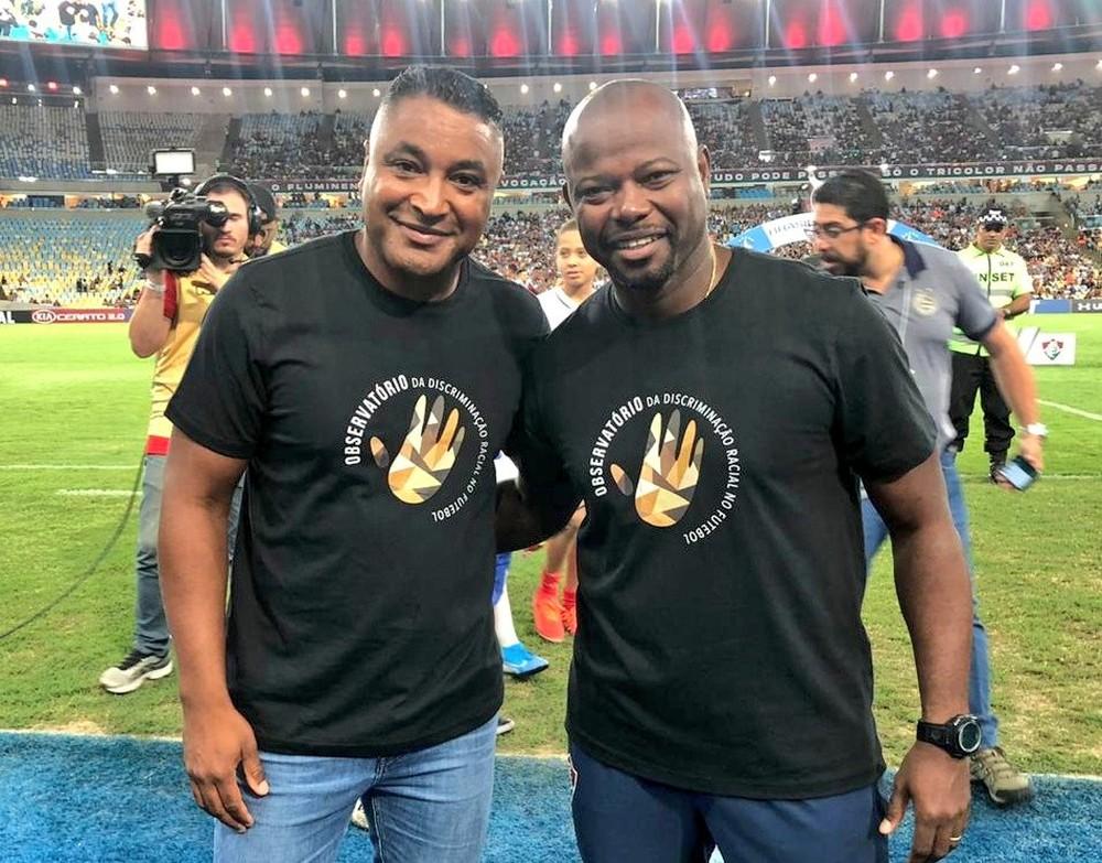 Roger Machado e Marcão com a camisa do Observatório da Discriminação Racial no Futebol — Foto: EC Bahia / Divulgação