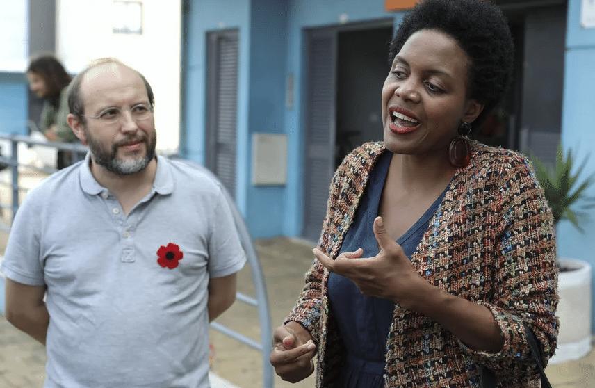 A candidata do Livre, Joacine Katar Moreira (D) acompanhada pelo fundador do partido, Rui Tavares (E) no início da campanha eleitoral, a 24 de setembro de 2019. (Foto: MIGUEL A. LOPES / LUSA)