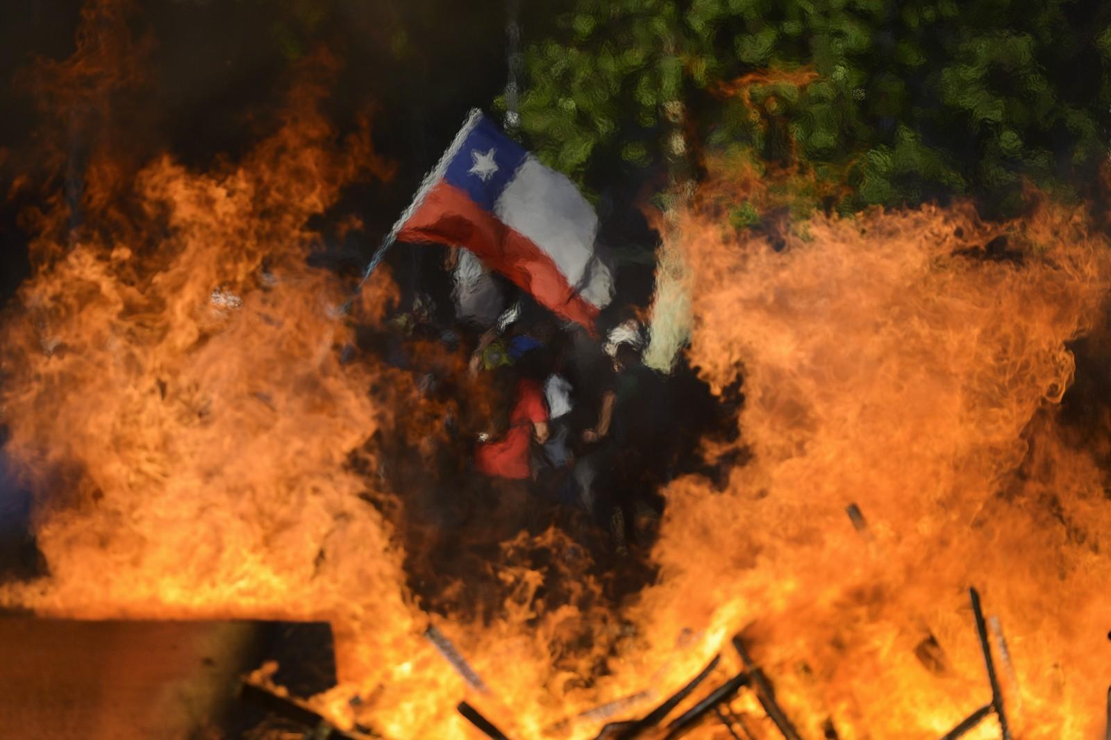Ministro do Chile admite possível violação de direitos humanos na repressão aos protestos
