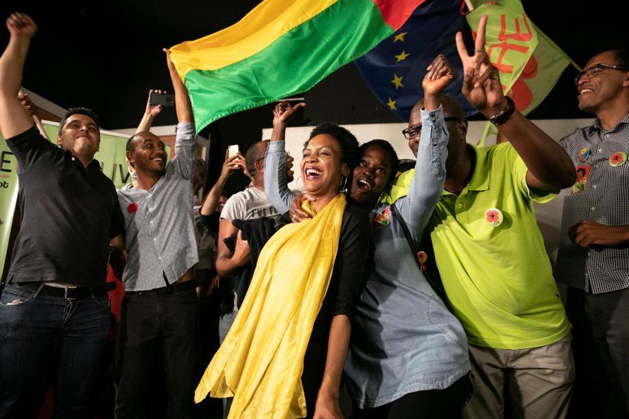 Joacine Katar Moreira comemora a sua entrada no Parlamento, pelo Livre. © Sara Matos / Global Imagens